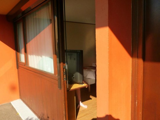 Campanile Roanne: La chambre vue depuis le parking