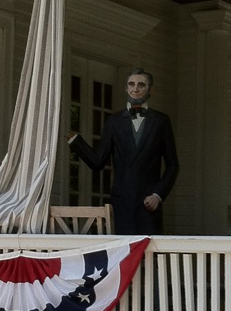 Pasfield House Inn: Greeted by Lincoln statue on porch