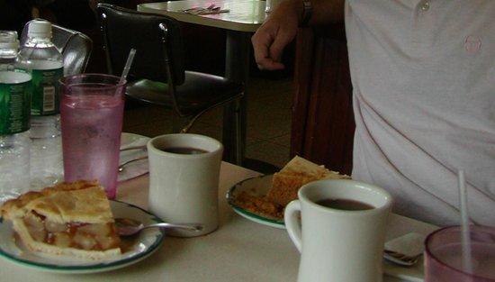 Betsy's Diner: mai vista una fetta di Apple Pie così alta!