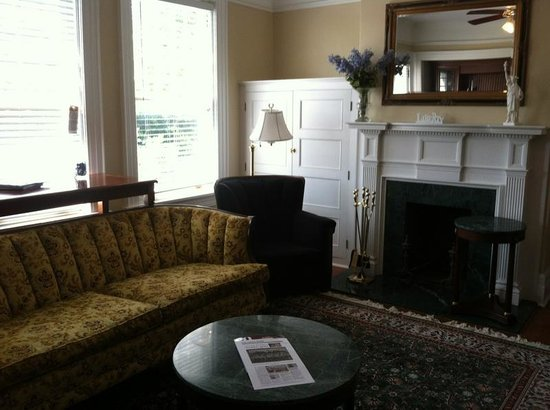 Pasfield House Inn: Living room area in suite