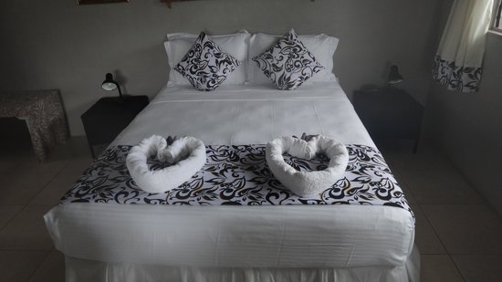 Savaii Lagoon Resort: Double Bed with simple but stylish coverings