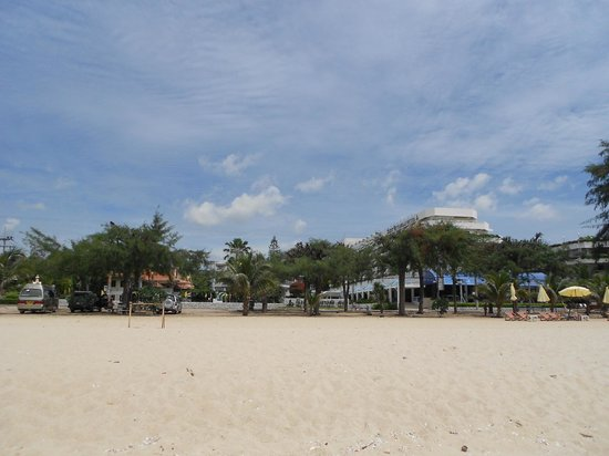 Cha-Am Methavalai Hotel: Hotel view from beach opposite