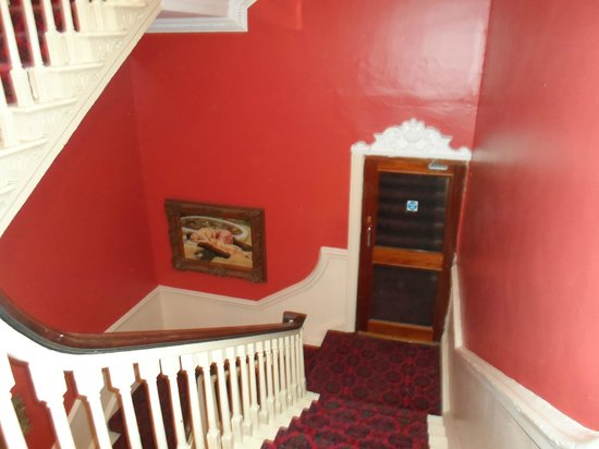 Castle Hotel: Stairs leading to rooms