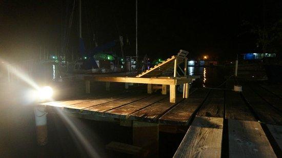 Hotel Oasis: Muelle en la Noche