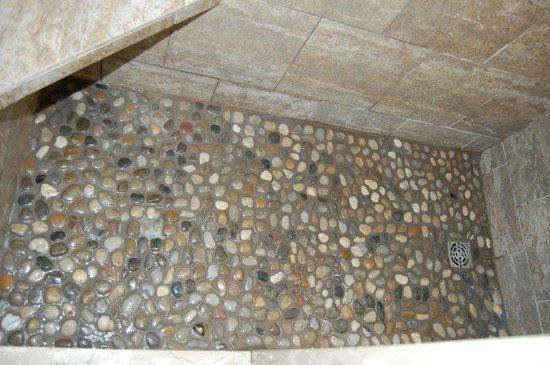 Blue Bay Motel : polished river stone shower floor