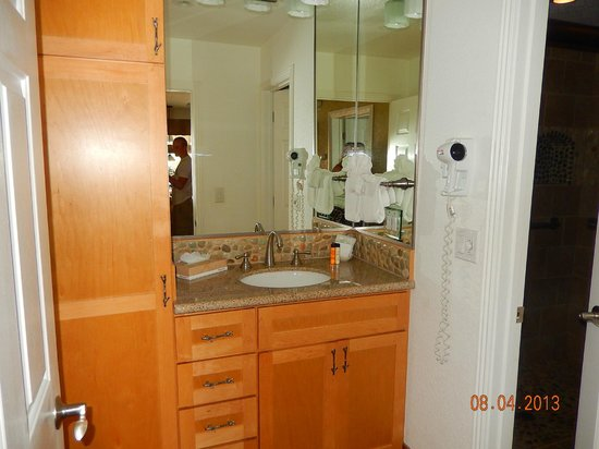 Stardust Lodge : Bathroom vanity area