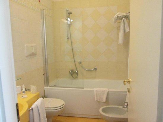 Hotel Mediterraneo Sorrento: Bathroom