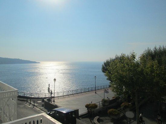 Hotel Mediterraneo Sorrento: View from the grounds