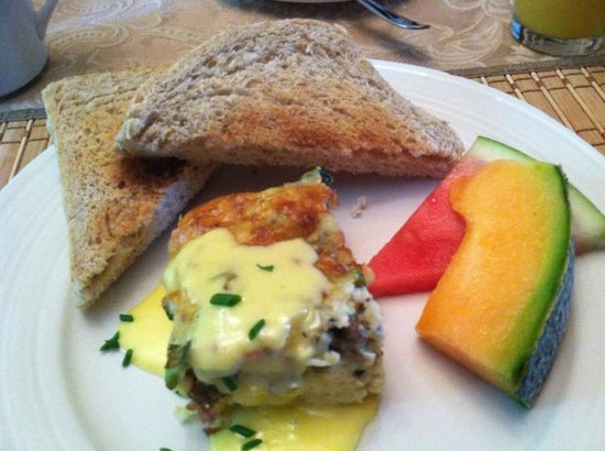 Prince County Bed & Breakfast: Sausage and Egg bake with fresh baked bread