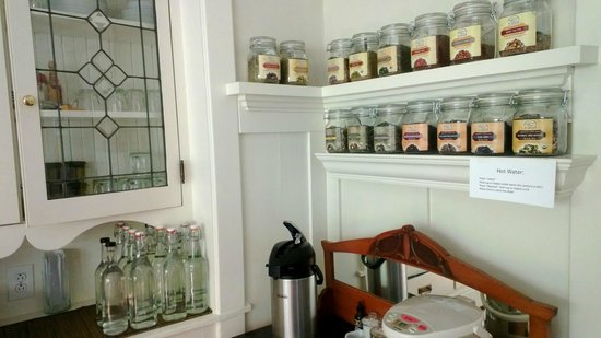 Clinton Street Guesthouse: Coffee and tea selection in dining area