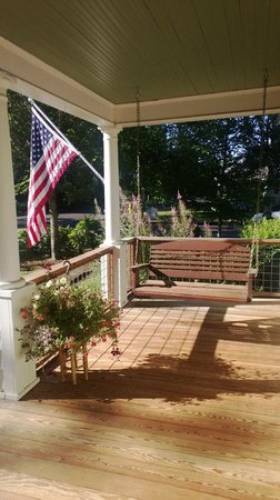 Martha's Vineyard West : Front porch sitting area