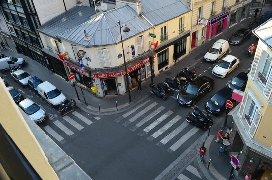 Art Hotel Batignolles: View from our room of the street