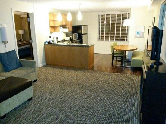 HYATT house Fort Lauderdale Airport & Cruise Port: Fully equiped kitchen, and living room.