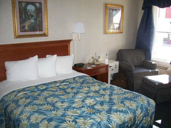 Inn at Cemetery Hill: King bed and easy chair with ottoman