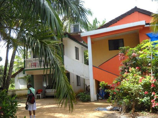 Mango Grove Guest House, Benaulim: The studio apartment (white & green)