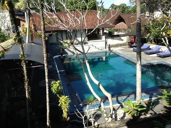 อูบุด เปอร์ไม บังกะโล: zwembad vanaf kamer