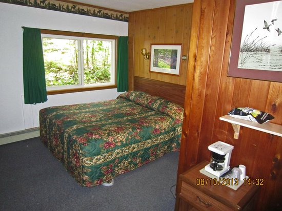 Whispering Pines Motel: The room