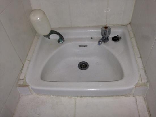 Pande Permai Bungalows: wasbakje in badkamer van kamer sekar wangi