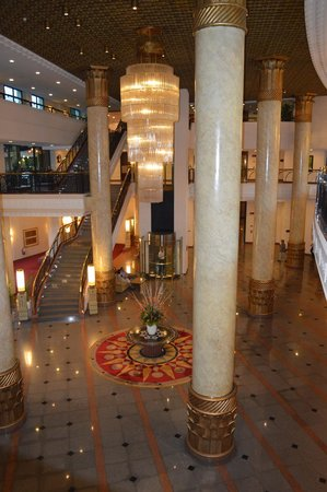 Hilton Hanoi Opera: Lobby view from Sports Bar level