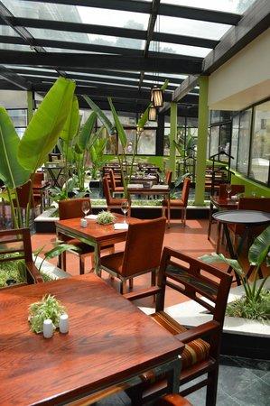 Hilton Hanoi Opera: Breakfast room.  Very helpful staff