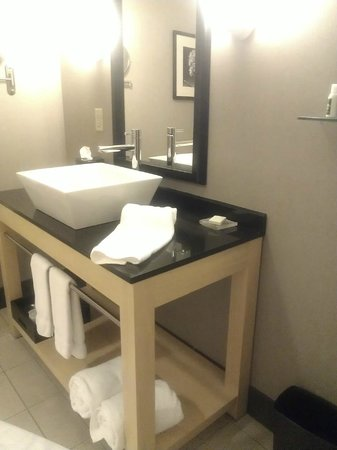 Cambria hotel & suites: Modern clean bathroom