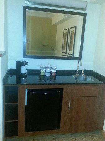 Hyatt Place Charlotte Airport/Lake Pointe: bar, another sink and Fridge
