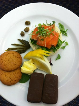 Millennium Hotel Queenstown: Copthorne vegetarian morning tea (smoked salmon open sandwich and biscuits)