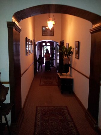 WelcomHeritage Kasmanda Palace: Passage to rooms