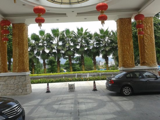 Shanquanwan Hot Spring Hotel: looking out from entrance