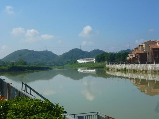 Shanquanwan Hot Spring Hotel: the river is brown, not blue as shown in promo