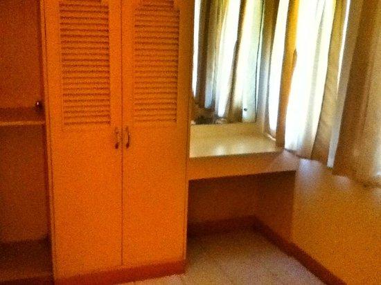 Midland Inn: cabinet/mirror