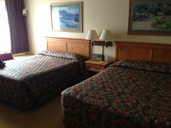 Pacific Gardens Inn: Bedroom in Room 212