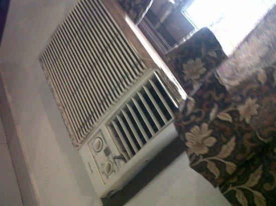 Hotel Taj Heritage: horrible AC