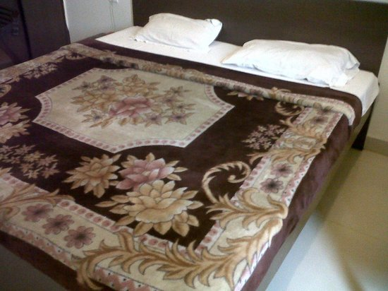 Hotel Taj Heritage: Dirty Bed, pillow, bed sheet and blanket with full of smell