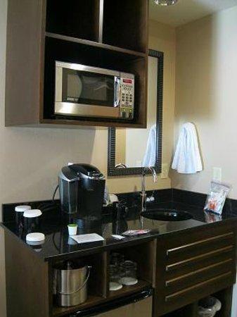 Best Western Premier Ivy Inn & Suites: レンジに冷蔵庫が付いているミニキッチン?