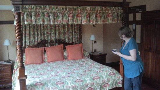 Newstead Guest House: Our huge bed,  room 3