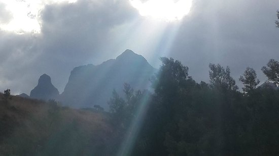 Cathedral Peak Hotel: Afternoon sun on the Doreen Falls walk