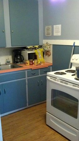 Ocean Spray Beach Resort : Kitchen, pots and pans and silverware provided.