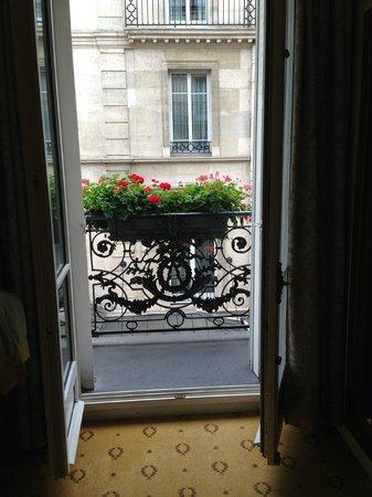 Hotel Mayfair Paris: Odanın içinden balkon