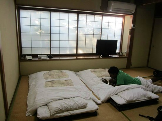 Shunkoso: Tatami mats and futon. Air con works great!