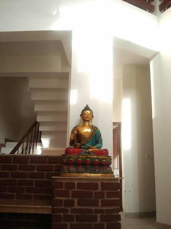 Dehradun Homestay: this statue at the central hall is amazing.