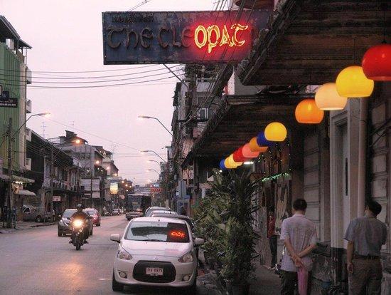 Krung Kasem Sri Krung Hotel: 嘗てエイズ騒動で閉店寸前になったソープ ホテルの裏側