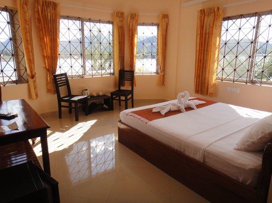 Kampot Riverside Hotel: Deluxe Rooms