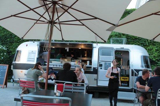 Burger De Ville: la matta roulotte del 25hours che produce ottimi hamburger