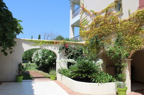 Le Rivage : Entrance to garden with swimming pool