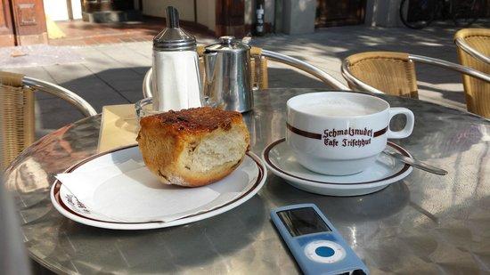 Schmalznudel - Cafe Frischhut: Das perfekte Team: Rohrnudel und Milchkaffee