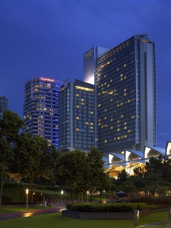 Traders Hotel, Kuala Lumpur: View of Hotel from Suria KLCC/KLCC Park