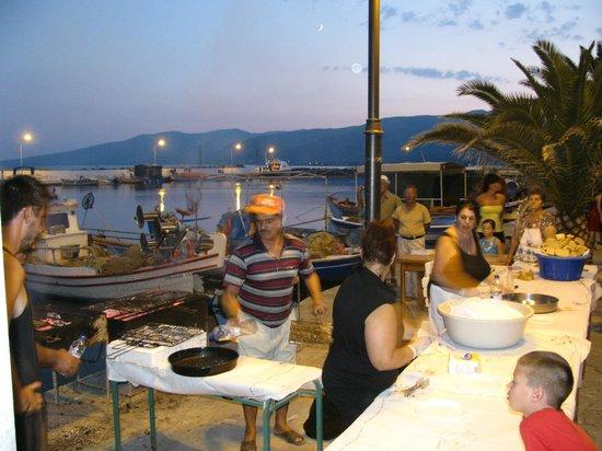 Skala Kallonis Beach: Fête de la Sardine et distribution gratuite d'ouzo et de sardines