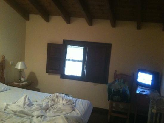 El Rincon de Bustio: una de las camas y ventana