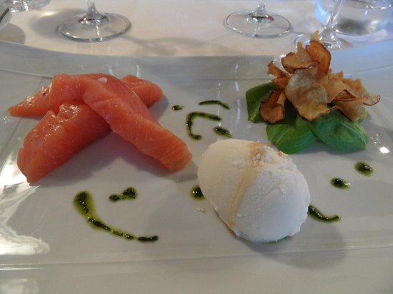 Hotel-Restaurant Nougier: starter with sorbet from fromage blanc
